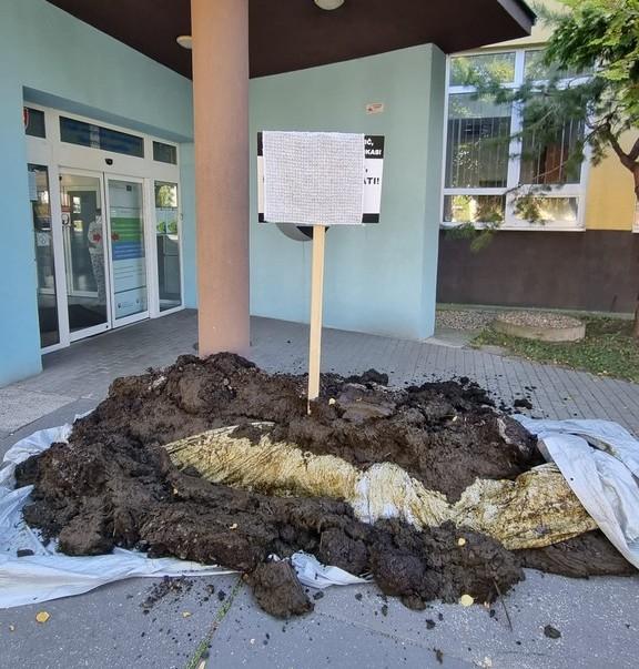 Kotlebáék egy nagy rakás trágyát hagytak a Közegészségügyi Hivatal épülete előtt