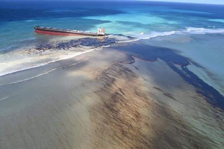 Környezeti vészhelyzetet hirdettek Mauritiuson a zátonyra futott teherhajó miatt