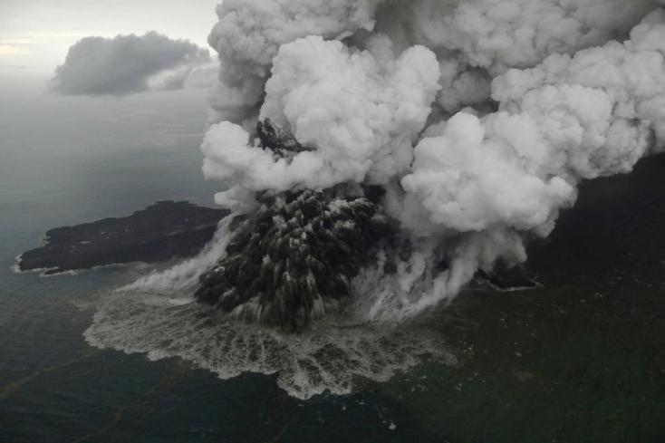 Magassága kétharmadát elveszítette a kitörésével cunamit okozó indonéziai Anak Krakatau vulkán