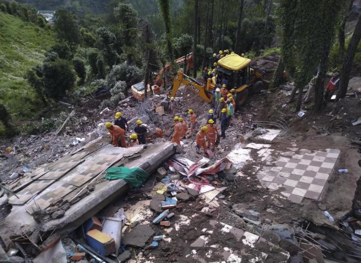Összeomlott egy ház Indiában, több tucat ember rekedt a romok alatt