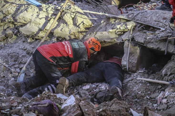 Vasárnap is folytatódott a török földrengés túlélői utáni kutatás és a kárfelmérés