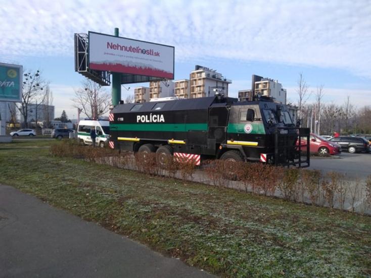 Rendőrségi felvezetéssel megérkeztek a kamionok Pozsonyba, a közlekedési minisztérium nem érti az UNAS lépését