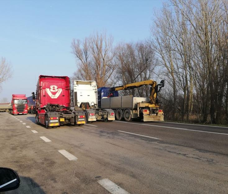 Több helyen is korlátozzák a forgalmat a sztrájkoló fuvarozók, már Medvén is elállták az utat