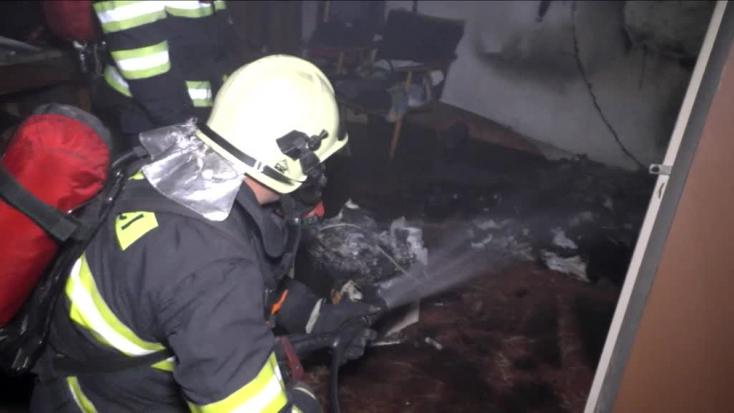 Amíg a páciensek nyugodtan aludtak, a kórház alsó részében felcsaptak a lángok