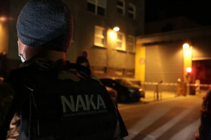Két személyt gyanúsított meg korrupcióval a NAKA – több mint 900 ezer euró kenőpénzt fogadtak el!