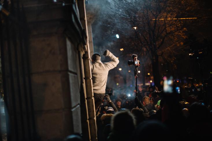 KUCIAK-GYILKOSSÁG: Fico lemondását követelte a tömeg a Kormányhivatalnál