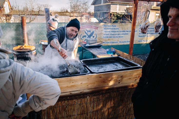 Igazi disznótoros ínyencségekkel várják az embereket Sikabonyban (FOTÓK)