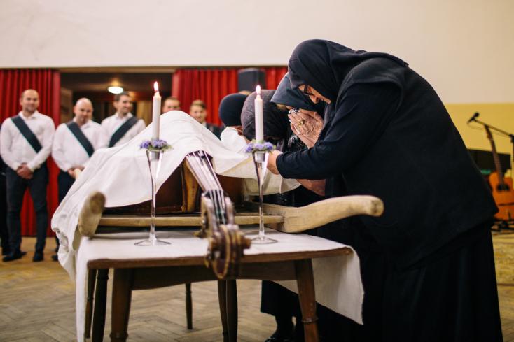 Siratóasszonyok ríttak, miközben eltemettetett az egyházgellei nagybőgő