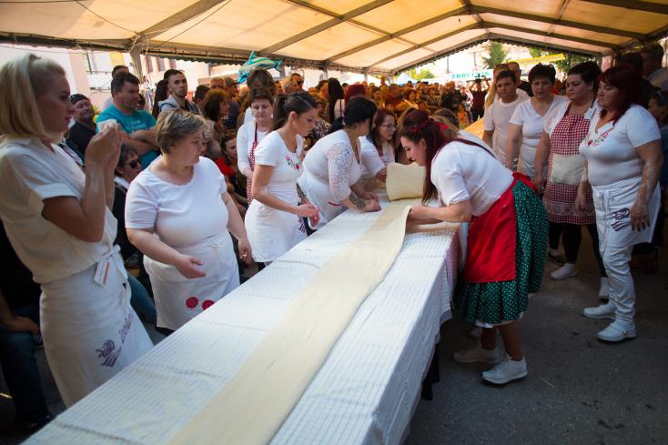 Újabb rétes-rekord született: 51,61 méter hosszúra nyúlt a tészta