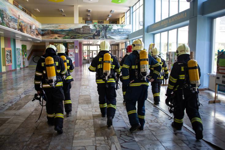 Tűzoltók, mentők, evakuálás – A gyerekek se tudták, mekkora ribillió lesz a dunaszerdahelyi alapsuliban!