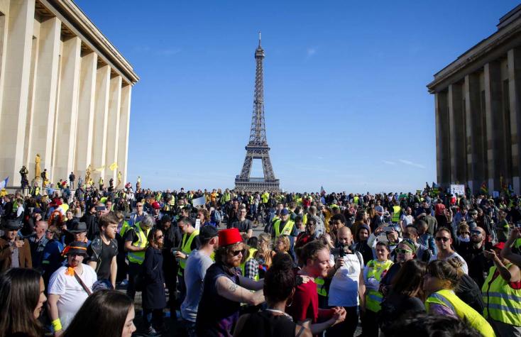Művért öntöttek a párizsi Trocadéro tér lépcsőire