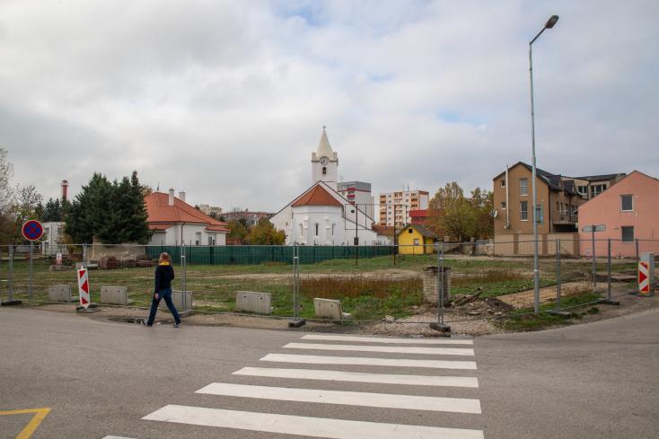A somorjai református templom közvetlen közelében épül többemeletes lakóház – a képviselő szerint nem tisztelik a város múltját