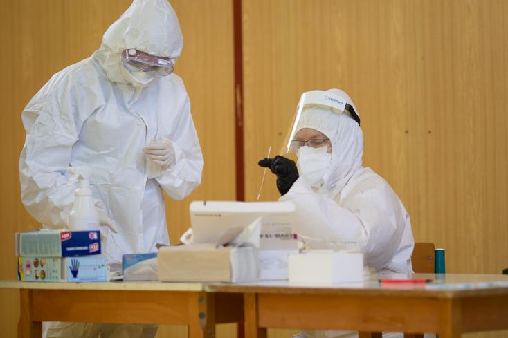 Koronavírus - Szlovéniában hétfőtől kötelezően tesztelik az egészségügyi dolgozókat