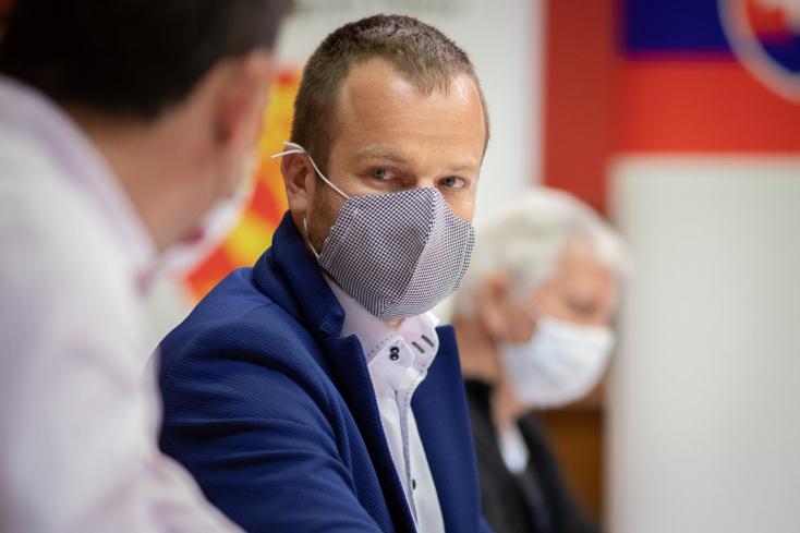 Holényi nyilvános ülésen nekiment a magánszemélynek, aki petíciót indított ellene