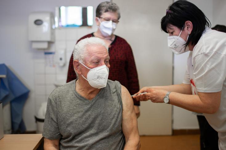 """""""Inkább az oltást vészeljük át, minthogy elkapjuk"""" – idős csicsói házaspár férfi tagja kapta a 20 ezredik oltást a dunaszerdahelyi kórházban"""