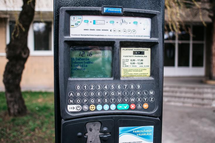 Több mint 4000-en regisztráltak már a parkolási rendszerbe Dunaszerdahelyen, csúszik az ellenőrzése