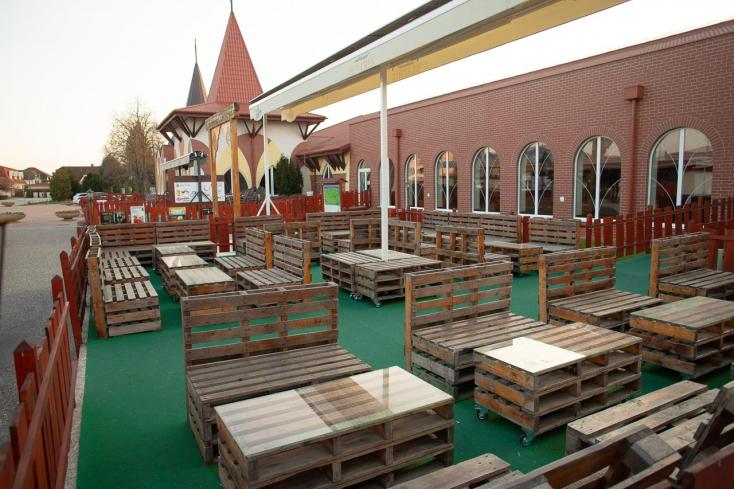 120 millió eurónyi segélyt különítettek el a vendéglátókra és az idegenforgalomra