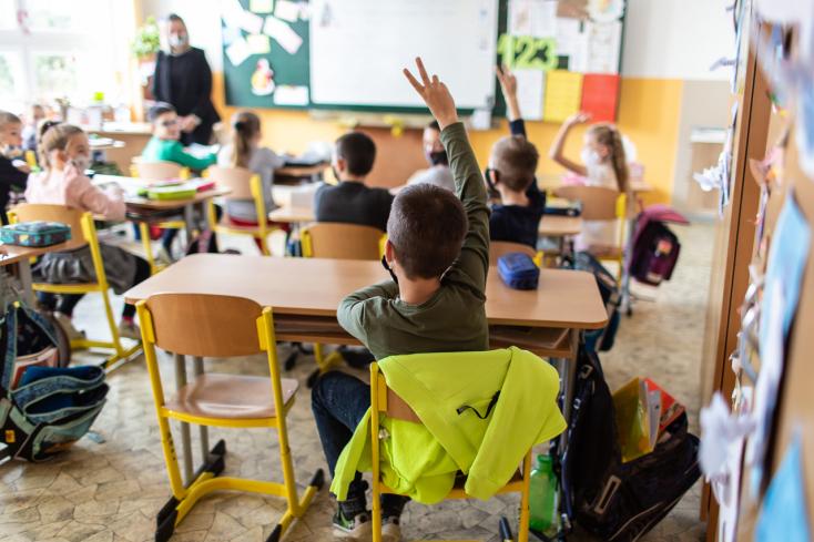 Több iskola diákjait is letesztelik a hétvégén, az egészséges tanulók visszaülhetnek az iskolapadba