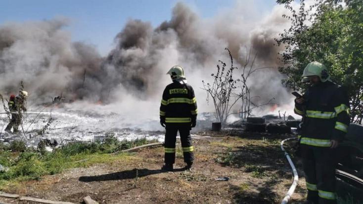 Ég egy istálló Pozsonyban, a lángok elértek egyroncstelepetis, a környéken lovak rohangálnak (VIDEÓ)