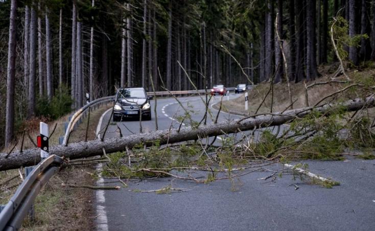 Észak-Európában is fennakadások vannak a közlekedésben a nagy viharok miatt, halálos áldozata is van