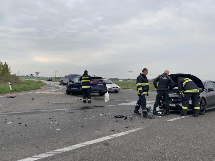 BALESET: Két autó ütközött az izsai letérőnél - FOTÓK
