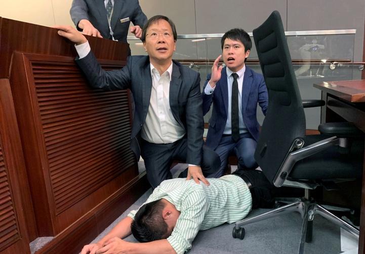 Ökölpárbajoztak a hongkongi parlamentben