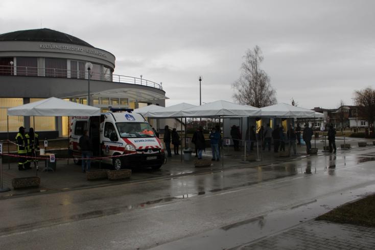 Naszvadon mentőautóból vették a mintákat, Udvardon nincs sorbanállás (FOTÓK)
