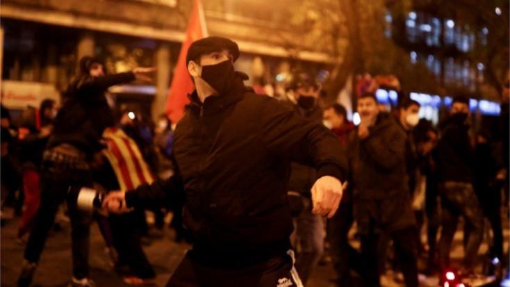 Több spanyol városban is összetűzésbe torkolltak a tiltakozások egy rapper letartóztatása miatt