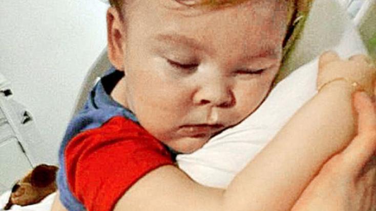 Meghalt Alfie, a gyógyíthatatlan kisfiú, akinek ügye jogi és etikai vitákat váltott ki