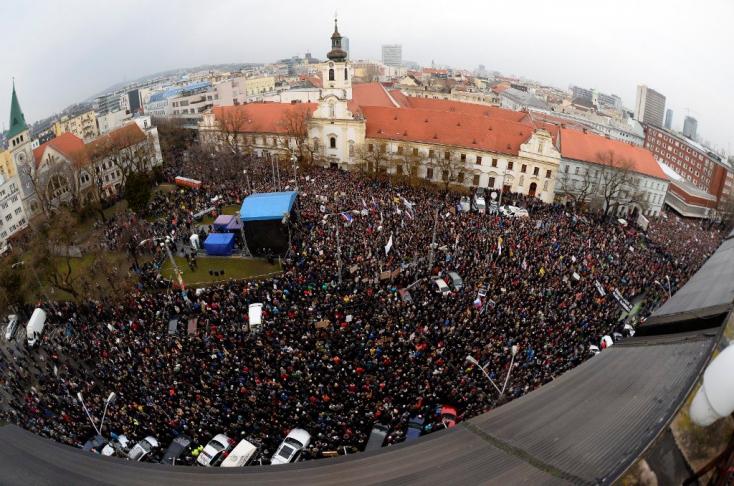 TÜNTETÉS: Emberek tízezrei vonultak ismét utcára, hogy a kormány ellen tüntessenek!