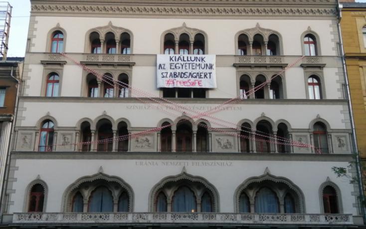 A magyar írók - köztük szlovákiaiak is - kiállnak az SZFE mellett