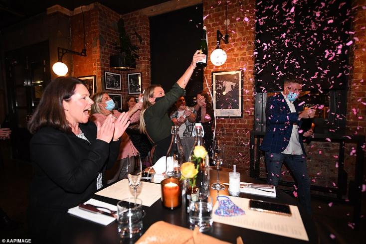 Véget ért Melbournenégy hónapos zárlata,konfettivel ünnepeltékaz éjféli határidő lejártát