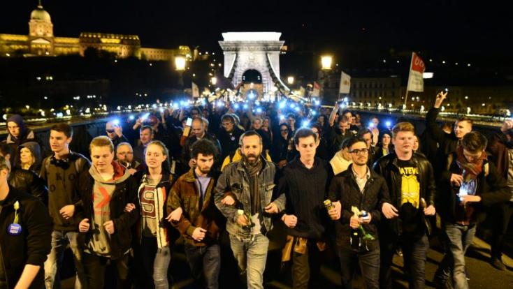 EU-s zászló és paprikaspray: Ezrek tiltakoztak Budapesten megint