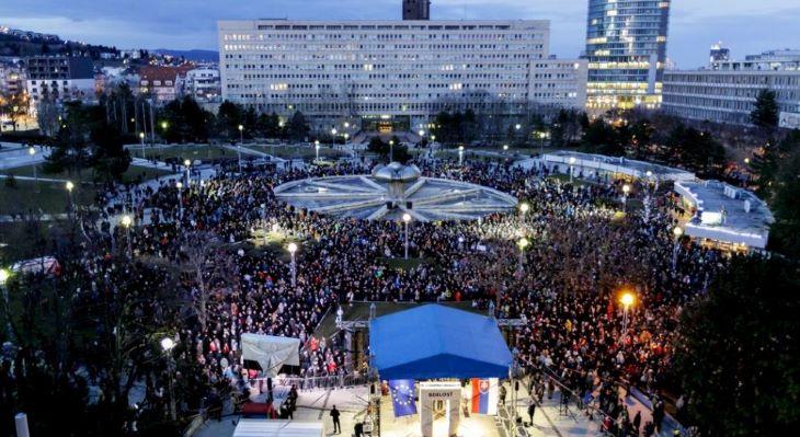 Ezrek emlékeztek Ján Kuciakra és Martina Kušnírovára a pozsonyi Szabadság téren
