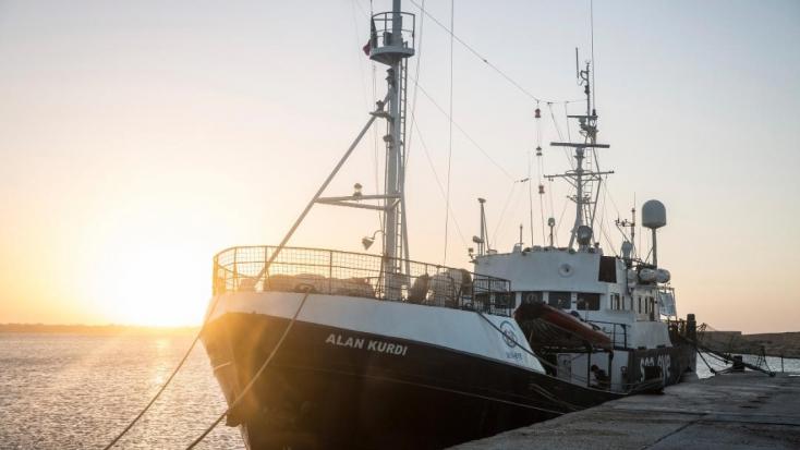 Egy másik hajón kell kéthetes karanténba vonulniuk az Alan Kurdi civilhajón lévő bevándorlóknak
