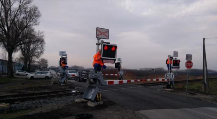 Elkészült az alistáli vasúti átjáró, sorompóval és fényjelzővel is ellátták