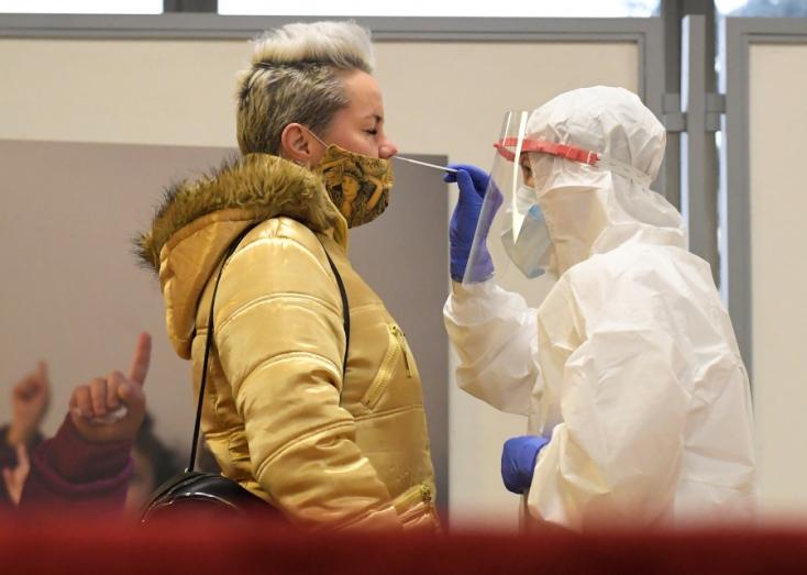Ausztria az átfogó koronavírus tesztelésben látja az áthidaló megoldást