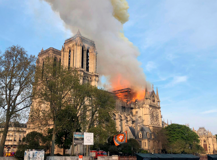 Megkezdték a Notre Dame leégett tetőszerkezetének lefedését