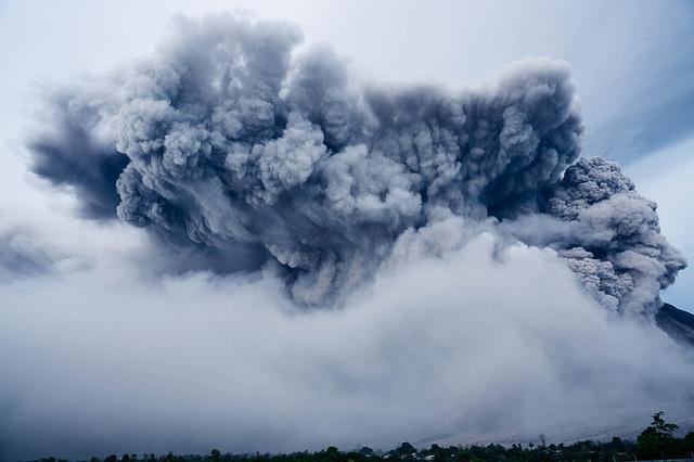 Tíz kilométer magas hamuoszlopot okádott egy kamcsatkai vulkán (VIDEÓ)