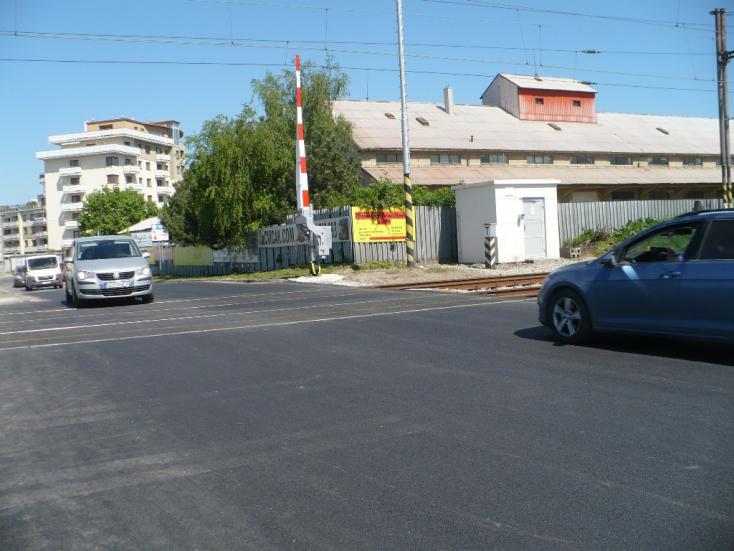 Újfent menetben a vasúti átjáró Szencen