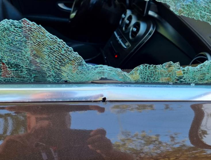 Golyó csapódott a személyautó ablakába, amelyben egy nő két gyerekével utazott