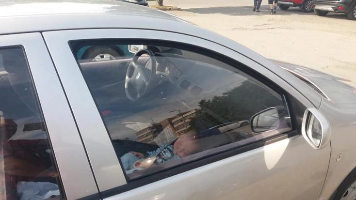 Ez már nem normális - Valaki megint a kocsiban hagyott egy babát!