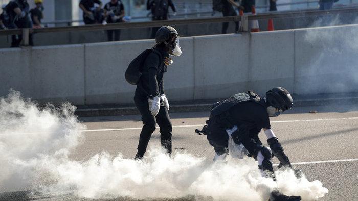 Gumilövedéket, vízágyút és könnygázt is bevetett a rendőrség a tiltakozók ellen