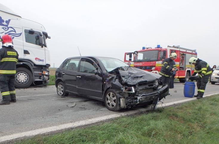 BALESET: Kamion és személykocsi ütközött Pozsonyeperjesnél!