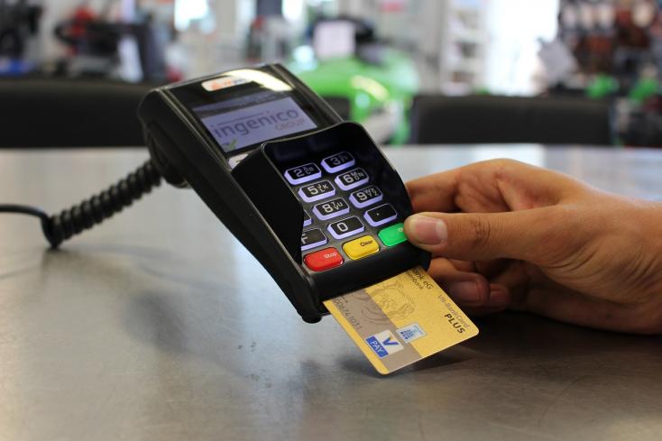 Bajba került az érsekújvári járásbeli férfi, miután talált bankkártyával fizetett