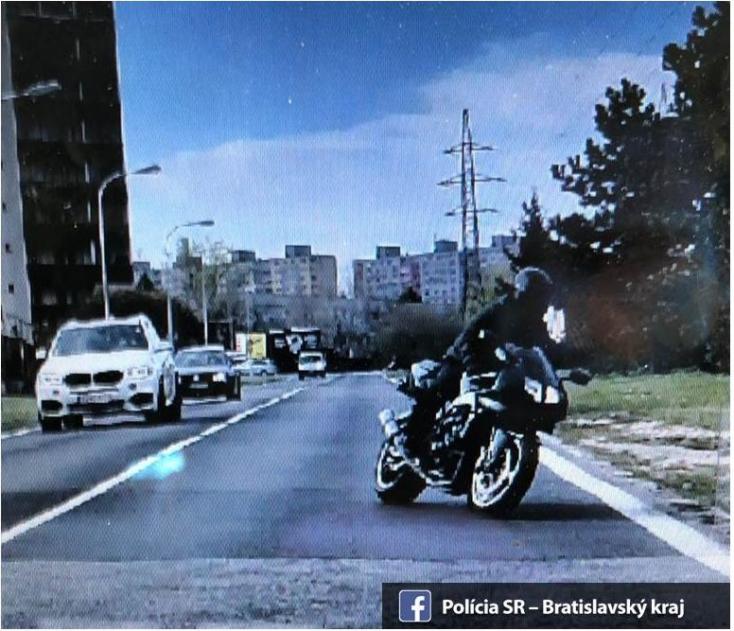 10 ezer eurót zsákmányolt, majd menekülés közben elhagyta azt a pozsonyi motoros bankrabló!