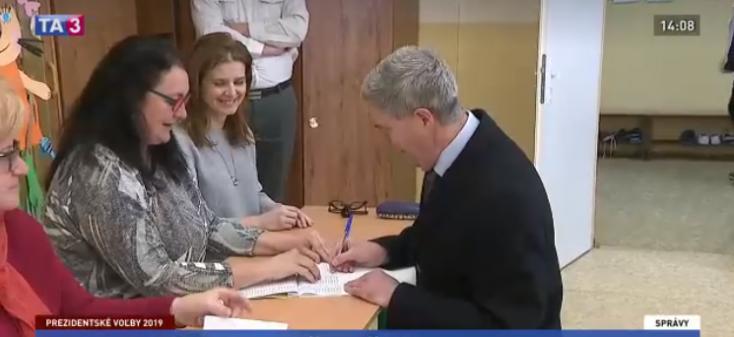 Bugár Béla fütyült a mozgóurnára, inkább térdelve szavazott (VIDEÓ)
