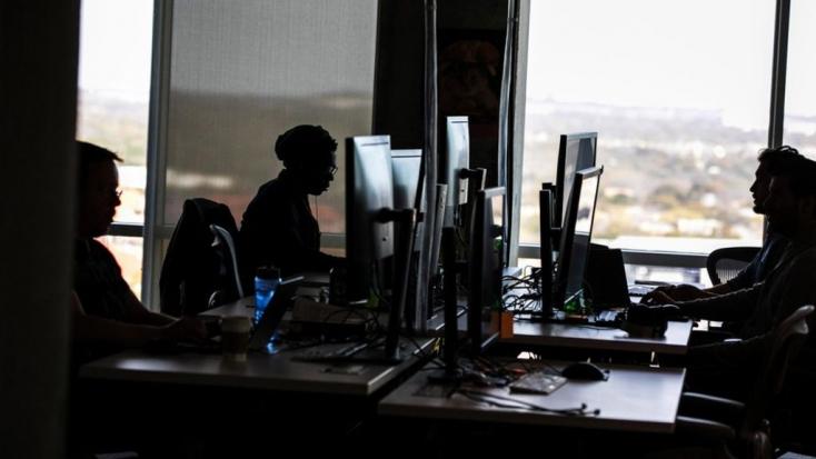 Kártérítést fizet a Facebookazoknak az alkalmazottainak, akiknek a munkájuk miatt mentális problémái lettek