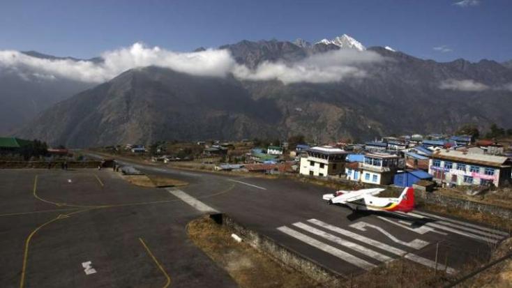 Lezuhant egy kisrepülő a Mount Everest közelében, két ember meghalt