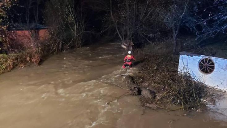 Újabb holttestet találtak a folyóban, amely elragadta a kutyákat mentő nőket